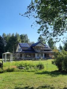 Omakotitalo ja aurinkopaneelit Anne Toppinen
